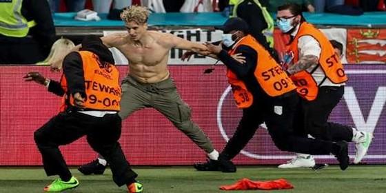 UEFA tiếp tục phạt bóng đá Anh vì cổ động viên quá khích ảnh 2