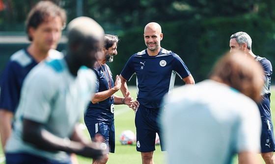 HLV Pep Guardiola khá thư thái trong ngày đầu nhìn thấy các học trò.