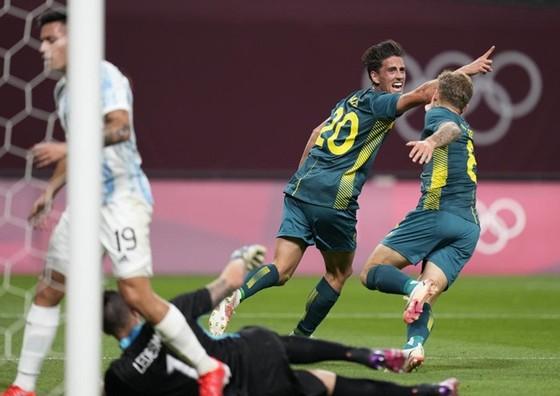 Australia đã khép lại một ngày khai màn vòng bảng đầy những cú sốc.