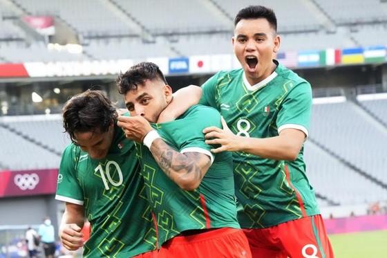 Bóng đá nam: Tây Ban Nha, Pháp khởi đầu với cú sốc ảnh 1
