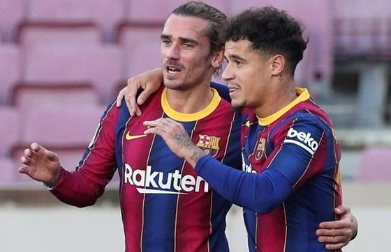 Barca sa sút mùa qua cũng vì Philippe Coutinho (trái) và Antoine Griezmann gây thất vọng lớn.