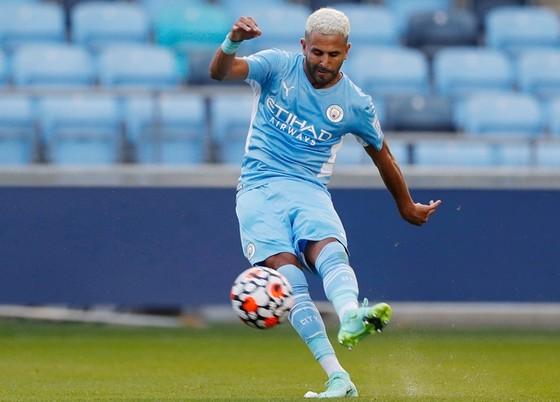 Riyad Mahrez ghi bàn từ chấm đá phạt trong chiến thắng Preston.
