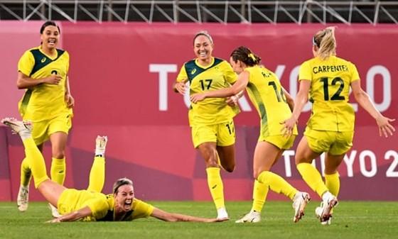 Các cô gái Australia ăn mừng chiến thắng lịch sử.
