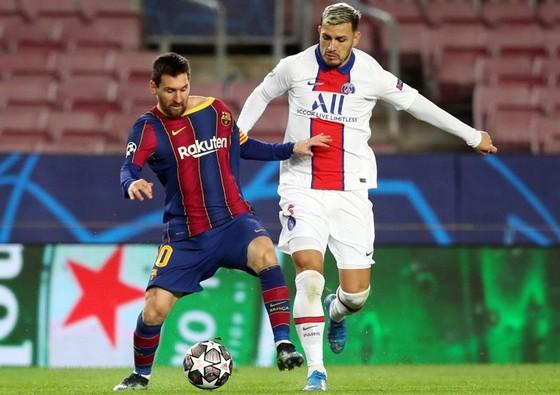 Lionel Messi khi cùng Barcelona thua Paris SG ở vòng 1/8 Champions League mùa qua.