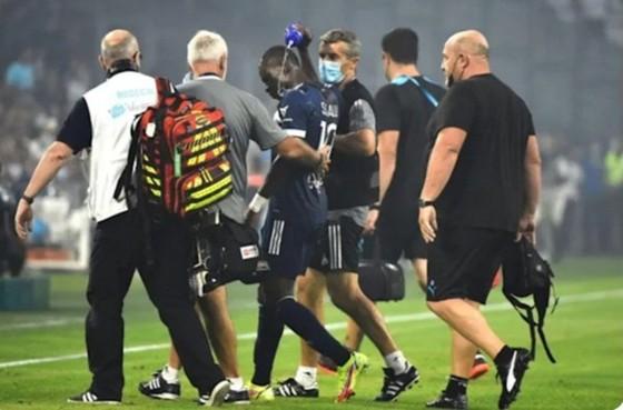 Cầu thủ ở Ligue 1 may mắn thoát chết sau khi bất ngờ đổ gục trên sân ảnh 1