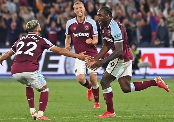 Michail Antonio (phải) đã đạt được cột mốc tự hào trong sự nghiệp cùng West Ham.