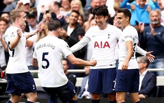 Lần đầu tiên trong lịch sử Tottenham bay cao trên đỉnh, còn Arsenal lụn bại ở cuối bảng. Ảnh: Getty Images