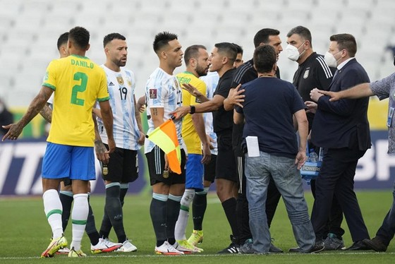 Các quan chức vào sân để dừng trận đấu, buộc các cầu thủ Argentina rời sân.
