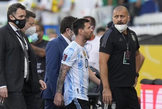 """Trận """"derby Nam Mỹ"""" bị hoãn sau 5 phút thi đấu ảnh 1"""
