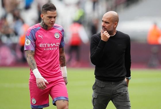 HLV Pep Guardiola bớt lo khi thủ thành số 1 Ederson có thể thi đấu tại Leicester. Ảnh: Getty Images
