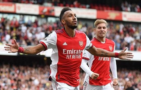 Pierre-Emerick Aubameyang ghi bàn để cứu rỗi Arsenal. Ảnh: Getty Images
