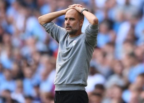 HLV Pep Guardiola tỏ rõ thất vọng khi chứng kiến trên đấu. Ảnh: Getty Images