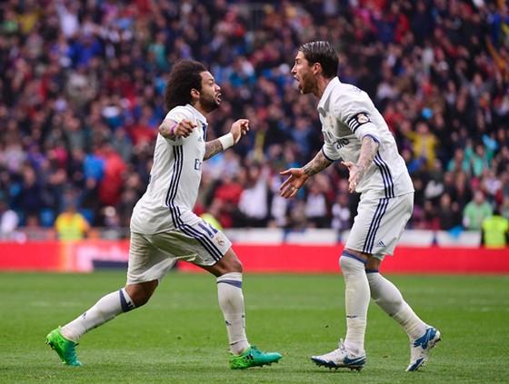 Marcelo (trái) chung vui với Ramos sau bàn quyết định cho Real.