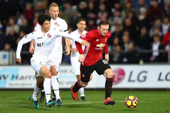Swansea (trái) nhiều khả năng sẽ thất bại trước Man.United.