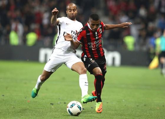 PSG (trái) để thua Nice trong trận cầu quan trọng.