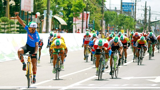 Tay đua Yoeun Phi Yuth (trái) xuất sắc giành Áo xanh sau 2 chặng. Ảnh: Dương Thu