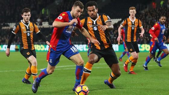 Crystal Palace (trái) cần một kết quả có lợi trước Hull City để trụ hạng.