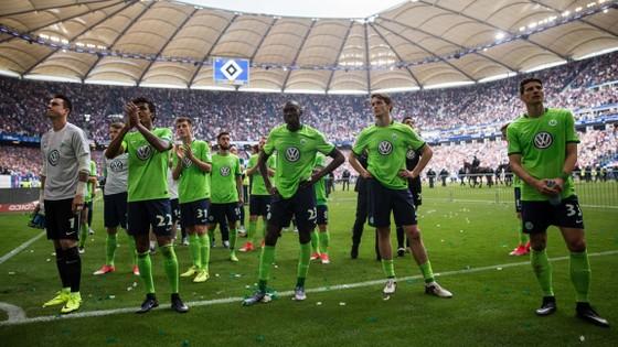 Nỗi thất vọng của các cầu thủ Wolfsburg sau thất bại trước Hamburg.