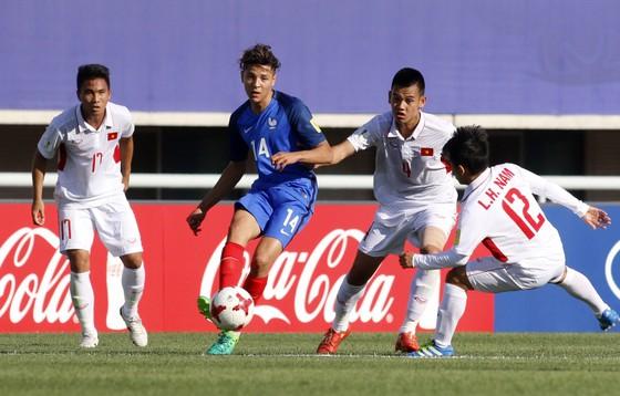 Hàng thủ Việt Nam tỏ ra lúng túng trước những pha tấn công của U20 Pháp. Ảnh: Anh Khoa