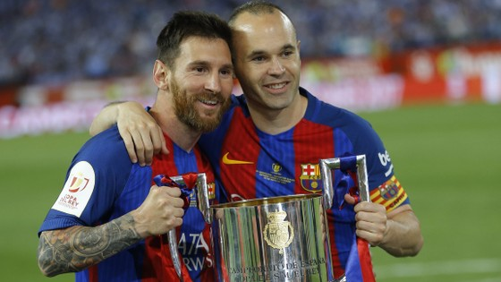 Messi và đội trưởng Iniesta mừng danh hiệu Cúp Nhà Vua.