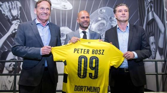 Liệu HLV Peter Bosz (giữa) có thể chung sống hòa bình với những nhân vật chủ chốt trong ban lãnh đạo của Dortmund?