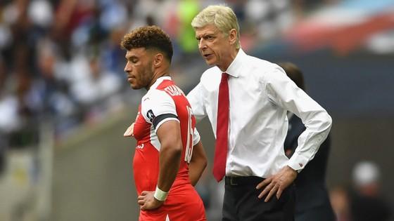 Arsene Wenger đang nỗ lực thuyết phục Alex Oxlade-Chamberlain ở lại.
