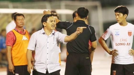 """Cách hành xử của """"Vua áo đen"""" trong trận TPHCM – Long An khiến người hiền như cựu Chủ tịch Võ Thành Nhiệm phải nhảy vào sân tranh cãi gay gắt.Ảnh: Dũng Phương"""