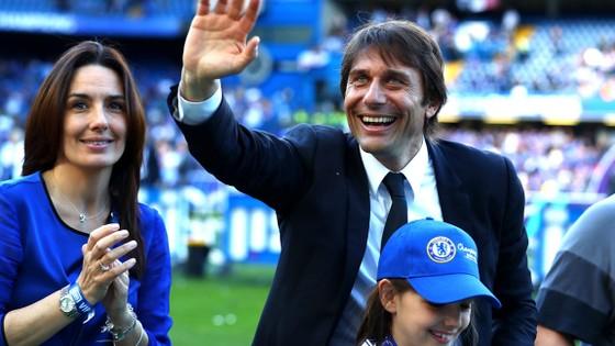 HLV Conte cùng vợ con trong ngày mừng Chelsea vô địch Premier League.