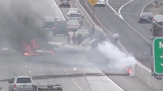 Máy bay lao xuống đường cao tốc Mỹ  ảnh 2