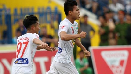 Văn Thanh (phải) tiếp tục chơi thăng hoa với bàn gỡ hòa 2-2 cho HAGL.             Ảnh: T.L