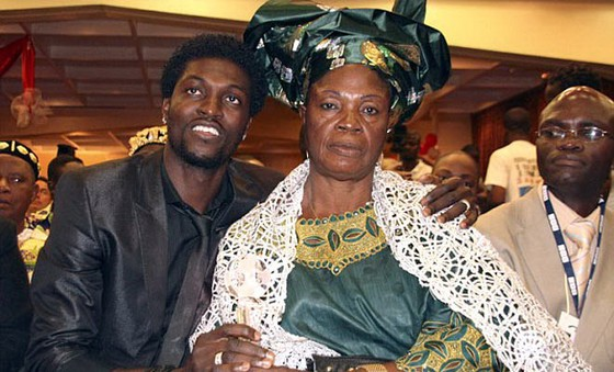 Adebayor và mẹ ruột.