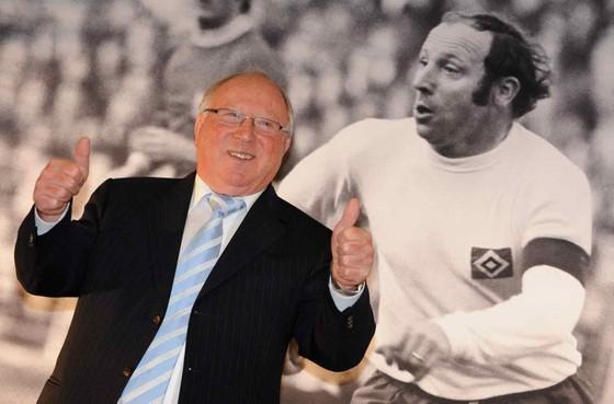 Uwe Seeler hạnh phúc bên hình ảnh thời trẻ của mình.