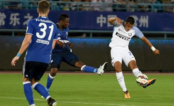 Jeison Murillo (phải, Inter) ghi bàn trong trận gặp Schalke ở Trung Quốc.