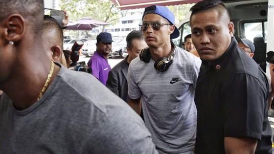 Cristiano Ronaldo được săn đón tại sân bay.