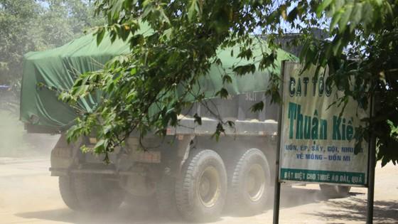 Đường nông thôn tan nát vì xe tải né trạm thu phí ảnh 1