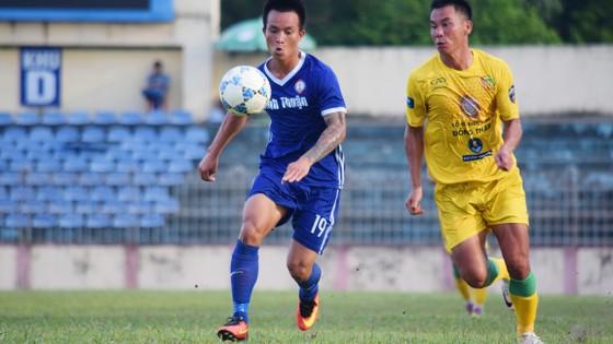 Đồng Tháp (phải) có trận thắng khiến CLB Bình Thuận không phục. Ảnh: viết định