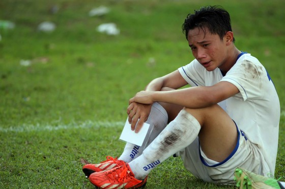 Giọt nước mắt của các cầu thủ HAGL khi bị loại. Ảnh: Dũng Phương