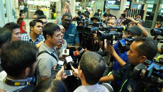 HLV Hữu Thắng (giữa) trả lời truyền thông Malaysia. Ảnh: Dũng Phương