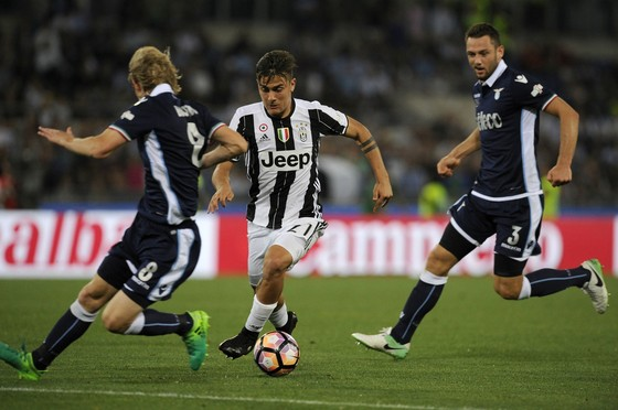 Paulo Dybala  (Juventus) đi bóng giữa hàng thủ Lazio.