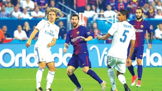 Messi xử lý bóng trước các cầu thủ Real.