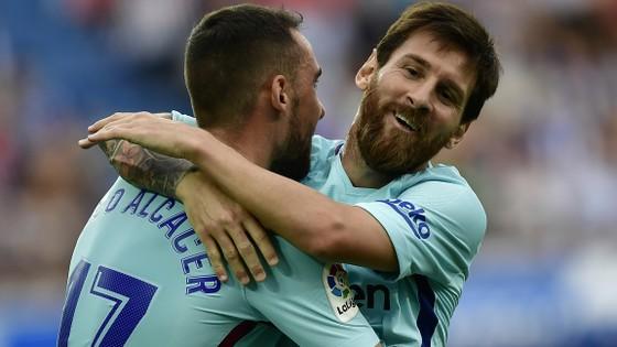 Messi chia vui với Alcacer sau bàn thứ 2 vào lưới Alaves.