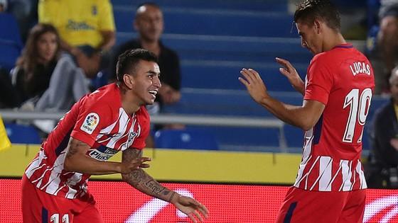 Angel Correa (trái) mừng bàn thắng với Lucas Hernandez.
