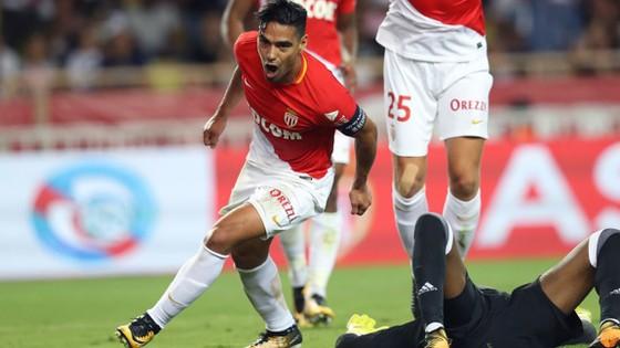 Monaco đang sống tốt với Falcao (trái).