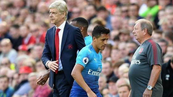 Alexis Sanchez thất vọng rời sân cuối tuần qua.