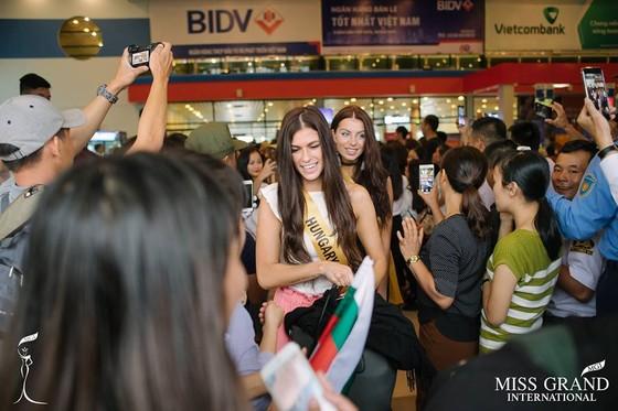 Hàng ngàn người dân Quảng Bình đón dàn Miss Grand International 2017 ảnh 3