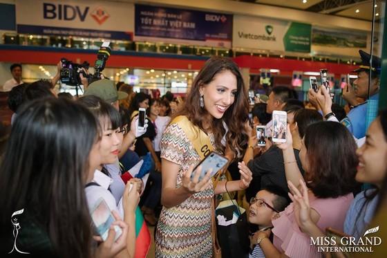 Hàng ngàn người dân Quảng Bình đón dàn Miss Grand International 2017 ảnh 2