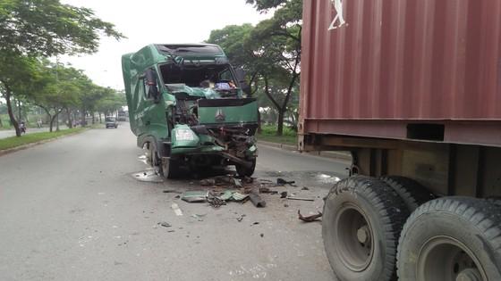 Tông vào xe container đậu giữa đường, một tài xế bị thương nặng ảnh 1