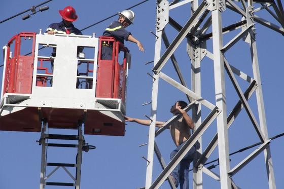 Gần 5 giờ giải cứu thanh niên nghi ngáo đá trèo lên cột điện cao thế ảnh 1
