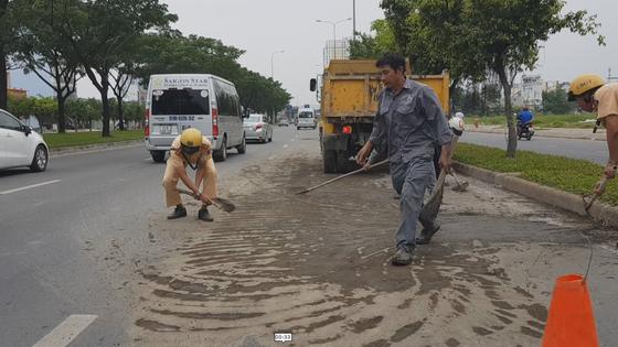 CSGT thu dọn bùn đất trên đường phố ảnh 1