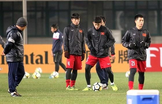 Thầy trò ông Park tích cực tập luyện cho trận đấu quyết định suất vào tứ kết. Ảnh: ANH KHOA